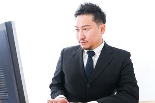 メールチェックをするビジネスマンの写真素材 [FYI04708336]