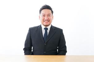 笑顔のビジネスマンの写真素材 [FYI04708342]
