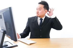 パソコンの前で憤慨するビジネスマンの写真素材 [FYI04708349]