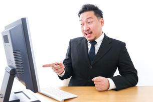 パソコンの前で憤慨するビジネスマンの写真素材 [FYI04708354]