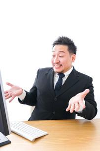 パソコンの前で憤慨するビジネスマンの写真素材 [FYI04708360]