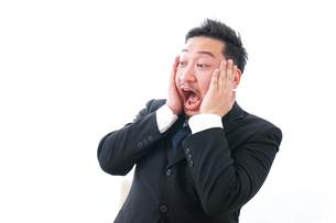 パソコンの前で憤慨するビジネスマンの写真素材 [FYI04708377]