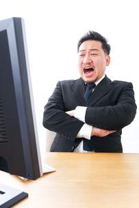 パソコンの前で憤慨するビジネスマンの写真素材 [FYI04708390]