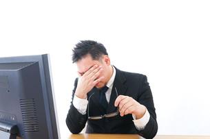 長時間労働に疲れるビジネスマン・働き方改革の写真素材 [FYI04708408]