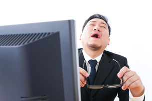 疲労を感じるビジネスパーソンの写真素材 [FYI04708410]