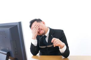 疲労を感じるビジネスパーソンの写真素材 [FYI04708411]