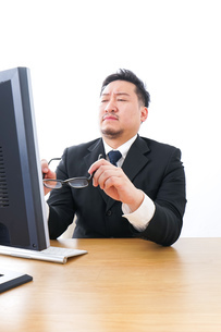 疲労を感じるビジネスパーソンの写真素材 [FYI04708420]