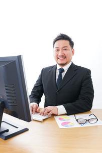 楽しく仕事をするビジネスマンの写真素材 [FYI04708426]
