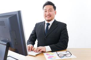楽しく仕事をするビジネスマンの写真素材 [FYI04708429]