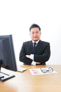 楽しく仕事をするビジネスマンの写真素材 [FYI04708430]