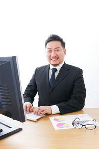 楽しく仕事をするビジネスマンの写真素材 [FYI04708433]