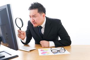 調査をするビジネスマンの写真素材 [FYI04708441]