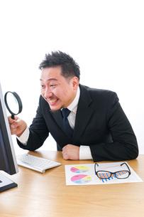 調査をするビジネスマンの写真素材 [FYI04708445]