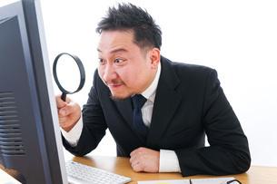 調査をするビジネスマンの写真素材 [FYI04708447]