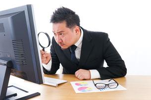 調査をするビジネスマンの写真素材 [FYI04708456]