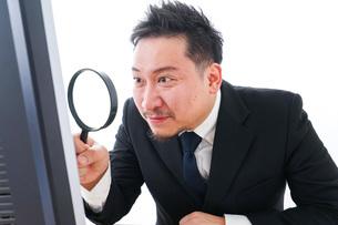 調査をするビジネスマンの写真素材 [FYI04708457]