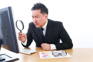 調査するビジネスパーソンの写真素材 [FYI04708458]