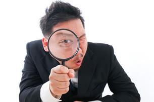 調査をするビジネスマンの写真素材 [FYI04708477]