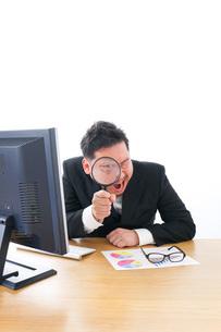 調査をするビジネスマンの写真素材 [FYI04708485]