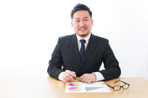 デスクワークをするビジネスマンの写真素材 [FYI04708496]