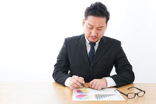 デスクワークをするビジネスマンの写真素材 [FYI04708497]