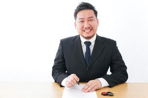 契約をするビジネスマンの写真素材 [FYI04708518]