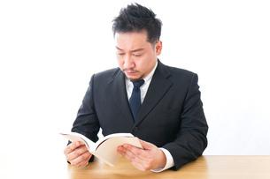 読書するビジネスパーソンの写真素材 [FYI04708536]