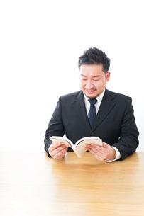 読書をするビジネスマンの写真素材 [FYI04708542]
