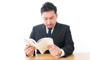 読書するビジネスパーソンの写真素材 [FYI04708544]