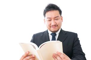 読書するビジネスパーソンの写真素材 [FYI04708545]