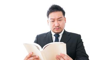 読書をするビジネスマンの写真素材 [FYI04708547]