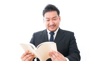 読書するビジネスパーソンの写真素材 [FYI04708552]