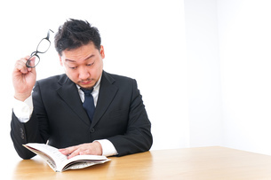 読書するビジネスパーソンの写真素材 [FYI04708557]