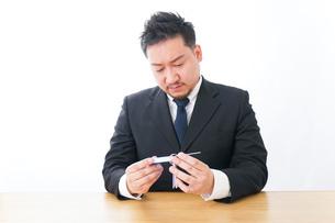 語学学習をするビジネスマンの写真素材 [FYI04708575]