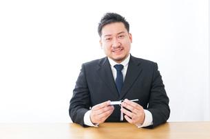 語学学習をするビジネスマンの写真素材 [FYI04708577]