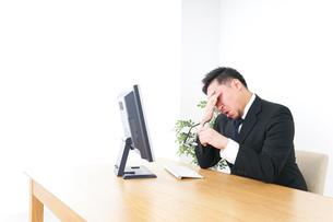 疲労を感じるビジネスパーソンの写真素材 [FYI04708600]