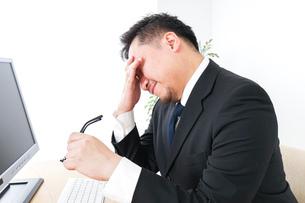 疲労を感じるビジネスパーソンの写真素材 [FYI04708601]