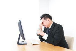 疲労を感じるビジネスパーソンの写真素材 [FYI04708617]