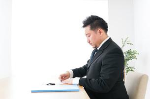 Businessman at officeの写真素材 [FYI04708660]