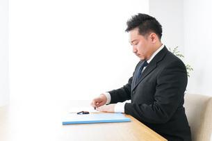 契約をするビジネスマンの写真素材 [FYI04708662]