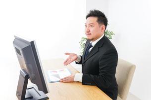 プランを提案するビジネスマンの写真素材 [FYI04708665]