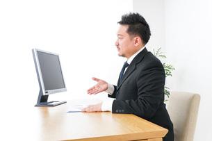 プランを提案するビジネスマンの写真素材 [FYI04708672]