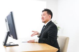 プランを提案するビジネスマンの写真素材 [FYI04708674]