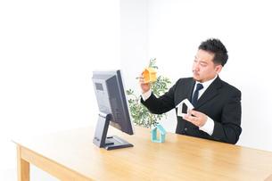 不動産の営業をするビジネスパーソンの写真素材 [FYI04708687]