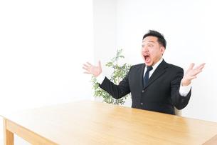 驚くビジネスマンの写真素材 [FYI04708726]