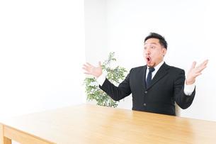 驚くビジネスマンの写真素材 [FYI04708730]