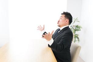 驚くビジネスマンの写真素材 [FYI04708738]