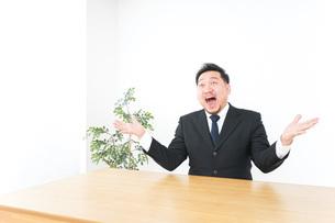 驚くビジネスマンの写真素材 [FYI04708740]
