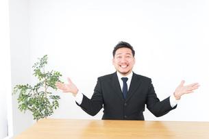 驚くビジネスマンの写真素材 [FYI04708741]