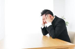 ストレスを抱えるビジネスマンの写真素材 [FYI04708744]